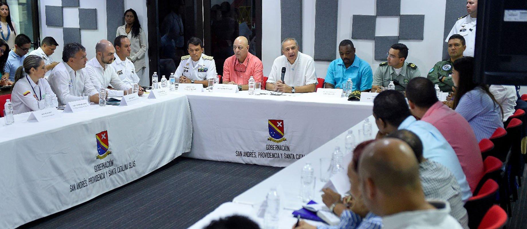 El General Naranjo inicia Encuentro de Seguridad Ciudadana junto al Gobernador de San Andrés y Providencia, Ronald Housni, autoridades locales y líderes raizales para hacer seguimiento a la seguridad de la isla.